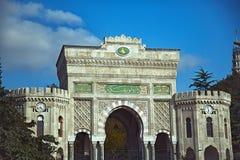 Den huvudsakliga fasaden av det Istanbul universitetet Arkivbild