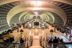 Den huvudsakliga folkhopen av den Suvarnabhumi flygplatsen Royaltyfri Foto