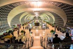 Den huvudsakliga folkhopen av den Suvarnabhumi flygplatsen Royaltyfri Bild