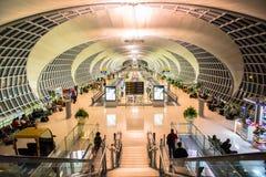 Den huvudsakliga folkhopen av den Suvarnabhumi flygplatsen Royaltyfria Bilder