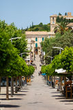 Den huvudsakliga fot- gatan av Arta, Mallorca royaltyfri foto