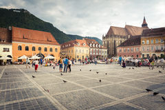 Den huvudsakliga fyrkanten av den medeltida staden av Brasov, Rumänien Oktober 10., 2015 Royaltyfri Foto