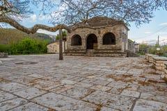 Den huvudsakliga fyrkanten av den pittoreska byn av Vitsa i Zagori område i nordliga Grekland Fotografering för Bildbyråer