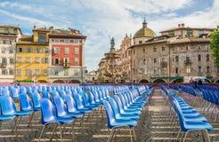Den huvudsakliga fyrkanten av staden av Trento Piazza Duomo med stolar för avläggande av examenceremonin av universitetet av Tren fotografering för bildbyråer
