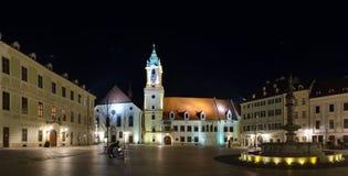 Den huvudsakliga fyrkanten & x28en; Hlavne namestie& x29; och gammalt stadshus i natten, Bratislava, Slovakien Arkivfoton