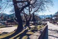 Den huvudsakliga fyrkanten i den Mestovo lite byn i berg av Greec Arkivfoton