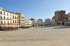 Den huvudsakliga fyrkanten och Bujacoen står högt, Caceres, Extremadura, Spanien Royaltyfri Foto