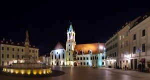 Den huvudsakliga fyrkanten & x28en; Hlavne namestie& x29; och gammalt stadshus i natten, Bratislava, Slovakien Royaltyfri Bild