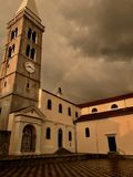 Den huvudsakliga gamla kyrkan badade med solnedgång på Mali Losinj Arkivbild