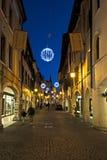 Den huvudsakliga gatan av den Pordenone staden som är upplyst för jul italy Arkivbilder