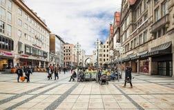 Den huvudsakliga gatan av Munich med dess shoppar och restauranger Arkivbild