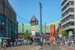 Den huvudsakliga gatan i Bremen som leder till den sentral marknadsfyrkanten och St Peters, kyrktar, den nordliga Tyskland fotografering för bildbyråer