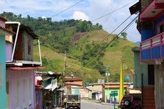 Den huvudsakliga gatan i den mycket lilla jordbruks- byn av Batatal i de Anderna bergen av Trujillo, Venezuela arkivbild