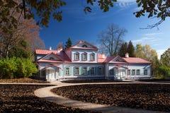 Den huvudsakliga herrgården av det Abramtsevo säterimuseet Arkivfoto