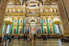 Den huvudsakliga iconostasisen och den kungliga porten av domkyrkan för ` s för St Isaac Fotografering för Bildbyråer