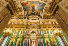 Den huvudsakliga iconostasisen och den kungliga porten av domkyrkan för ` s för St Isaac St Petersburg Arkivfoton