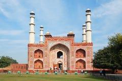 _ Den huvudsakliga ingången som bygger till området av den Sikandra gravvalvet av den Mughul kejsaren Akbar Royaltyfri Bild