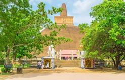 Den huvudsakliga ingången till Abhayagiri Vihara Arkivfoto