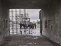 Den huvudsakliga ingången till barackfältet på Sachsenhausenen lurar royaltyfri bild