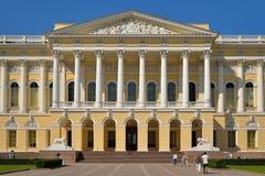Den huvudsakliga ingången till det ryska museet i sommaren Royaltyfri Bild