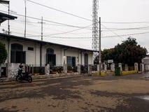Den huvudsakliga ingången till den Purwakarta stationen, som lokaliseras i det Bandung området, och är hem- till ett gammalt och  royaltyfri bild