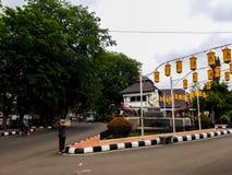 Den huvudsakliga ingången till den Purwakarta stationen, som lokaliseras i det Bandung området, och är hem- till ett gammalt och  royaltyfri fotografi