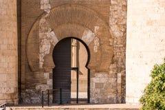 Den huvudsakliga ingången till slotten av Aljaferia som byggs i det 11th århundradet i Zaragoza, Spanien Kopiera utrymme för text Royaltyfri Bild