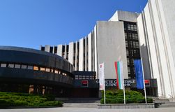 Den huvudsakliga ingången till den Societe Generale banken royaltyfria bilder