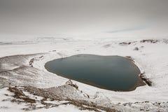 Den huvudsakliga krater på den Krafla vulkan i nordliga Island Arkivbilder