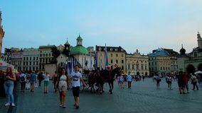 Den huvudsakliga marknadsfyrkanten i aftonen, Krakow, Polen arkivfilmer