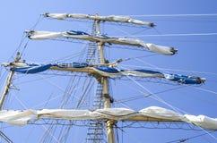 Den huvudsakliga masten med seglar samlat Arkivfoto
