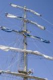 Den huvudsakliga masten med seglar samlat Arkivfoton