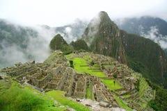 Den huvudsakliga siktspunkten av Machu Picchu som omges av magisk mist i regnig säsong arkivbild