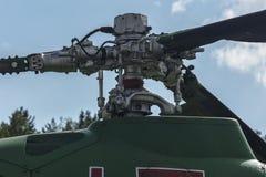 Den huvudsakliga skruven av en helikopter med en vertikal axel av rotation arkivfoto