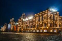 Den huvudsakliga supermarket i ` för Moskva`-GUMMI på den röda fyrkanten i nattbelysning Arkivfoton