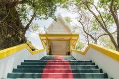Den huvudsakliga trappan som leder till kopian av Phra som i-Kwaen & x28; Hängande guld- Rock& x29; på Sirey tem Royaltyfri Fotografi