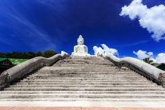 Den huvudsakliga trappan som leder till den stora Buddha phuket thailand Arkivbild