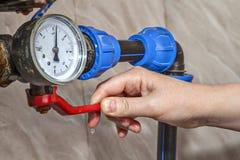 Den huvudsakliga vattenShutoffventilen, handen som stänger av spaken, kontrollerar suppl arkivbilder