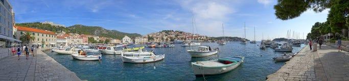 Den Hvar stranden Riva med den spanska f?stningen i avst?ndet royaltyfria foton