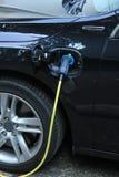 Den hybrid- bilen laddar upp Arkivbild