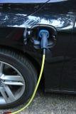 Den hybrid- bilen laddar upp Arkivfoton