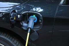 Den hybrid- bilen laddar upp Royaltyfria Bilder