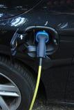 Den hybrid- bilen laddar upp Royaltyfri Foto