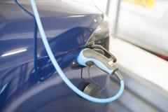 Den hybrid- bilen laddar upp på nära Royaltyfri Fotografi