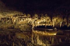 Den hypnotisera naturliga under av Luray Caverns royaltyfria foton