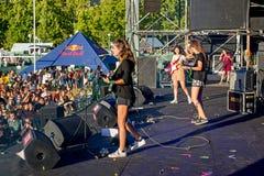 Den i kulisserna sikten av hindar sätter band i konsert på den Dcode festivalen Arkivbild