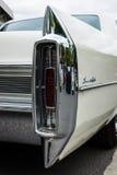 Den i naturlig storlek lyxiga bilen Cadillac Sedan De Ville för bakre bromsljus Arkivbild
