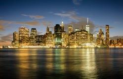 Den i stadens centrum Manhattan horisonten på solnedgången med reflexioner på Arkivfoton