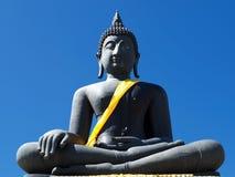 Den Iconic bilden av Lord Buddha draperade i gul ämbetsdräkt Arkivbild