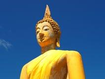 Den Iconic bilden av Lord Buddha draperade i gul ämbetsdräkt Fotografering för Bildbyråer